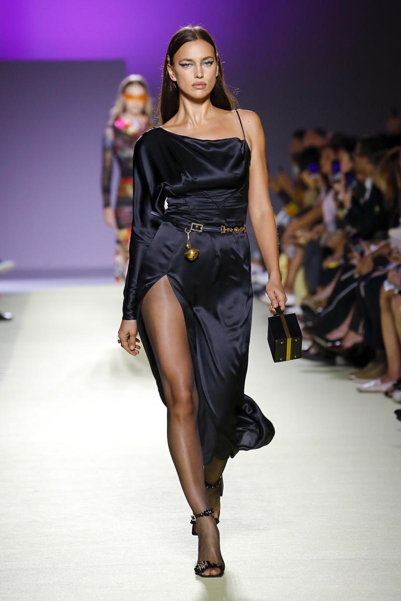Irina Shayk cũng xuất hiện trên sàn diễn show Xuân Hè 2019 của Versace.