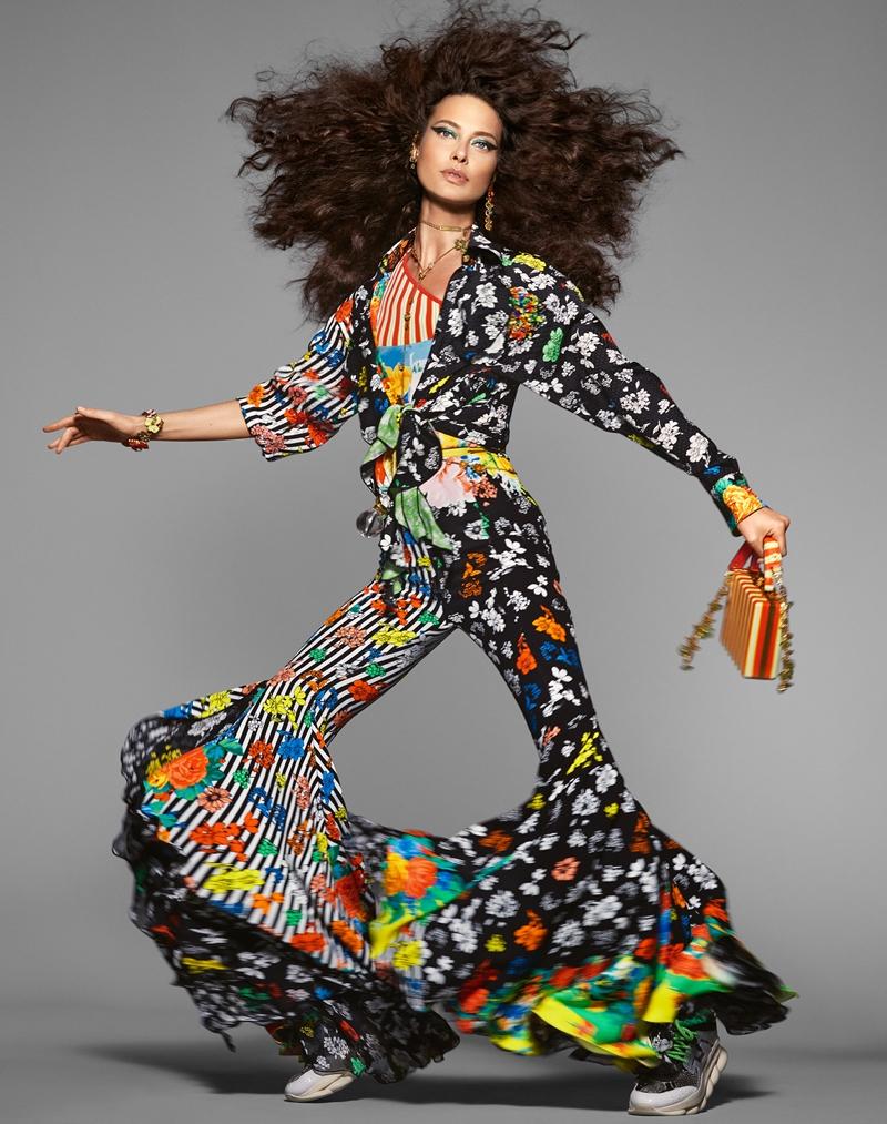 Shalom Harlow đầy năng lượng và nổi bật trong bức hình quảng cáo cho BST Xuân Hè 2019 của Versace.