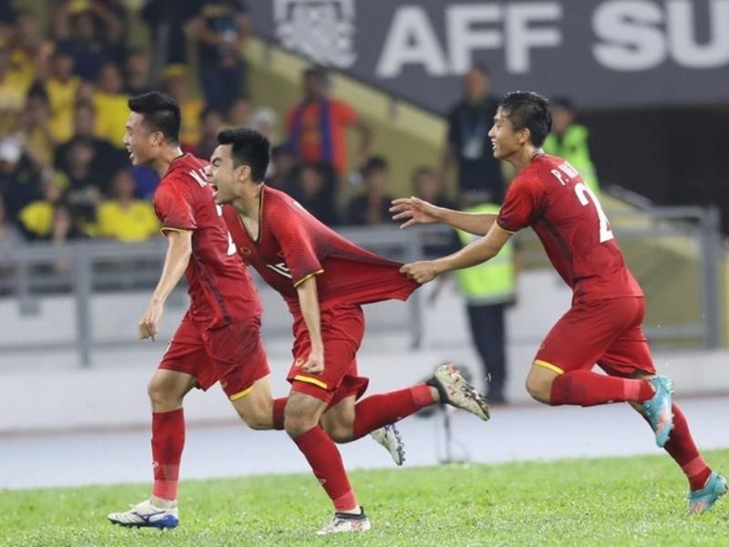 Đức Huy (giữa) ăn mừng cùng các đồng đội sau khi lập công. (Ảnh: Hoàng Linh/TTXVN)