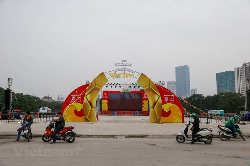 11 / 12 Tại khu vực cột đồng hồ trước mặt sân vận động Mỹ Đình, một màn hình led lớn đã được dựng lên phục vụ các khán giả không có cơ hội vào sân xem đội tuyển Việt Nam thi đấu. (Ảnh: Minh Sơn/Vietnam+)