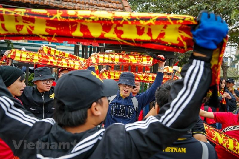 Trưa 15/12, hàng ngàn cổ động viên đã tập trung trước cổng sân vận động Mỹ Đình trước thềm trận chung kết Việt Nam - Malaysia. (Ảnh: Minh Sơn/Vietnam+)
