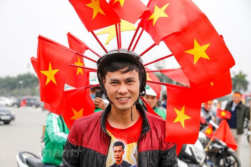 """Anh Phạm Quang Huy một cổ động viên """"đặc biệt"""" đến từ Vĩnh Phúc. Anh Huy cho hay, anh có mặt ở Hà Nội từ 6 giờ sáng với chiếc mũ bảo hiểm tự chế đặc biệt. (Ảnh: Minh Sơn/Vietnam+)"""