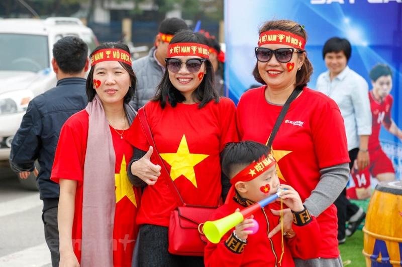 Rất nhiều các em nhỏ đã được phụ huynh cho ra sân từ sớm để cổ vũ cho tuyển Việt Nam thi đấu. (Ảnh: Minh Sơn/Vietnam+)