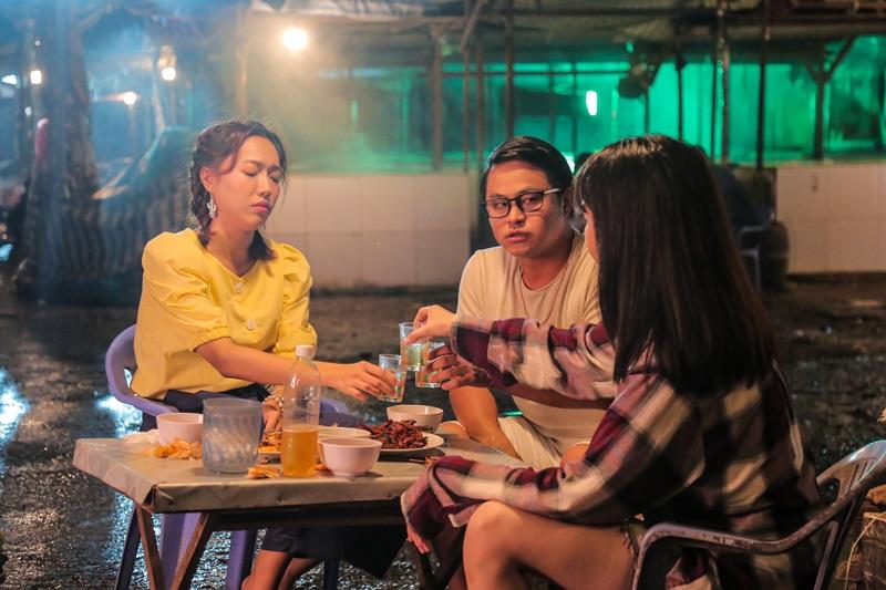 """Bộ ba bạn thân Trang, Hiền và Hoàng là những người trẻ có tâm hồn tự do yêu đương, coi """"ế là xu thế"""" nhưng đang phải đối mặt với sức ép kết hôn từ phía gia đình."""