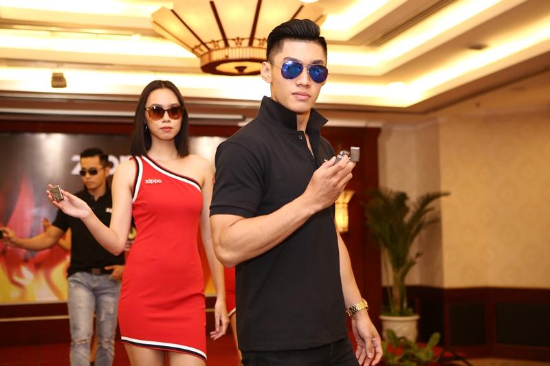 """""""Với những mẫu kính đọc và kính mát chất lượng và thời trang, khách hàng sẽ cảm thấy tự tin, cá tính và sành điệu hơn khi mang kính ở nơi công cộng"""", ông Phạm Việt Hà chia sẻ."""