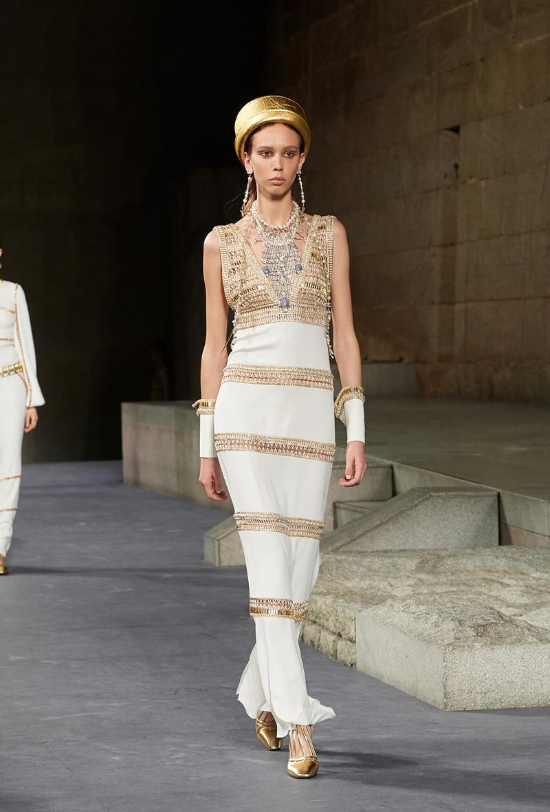 Đây là thiết kế số 59 trong BST Métiers d'Art Paris-New York của Chanel với cảm hứng từ Ai Cập cổ đại.