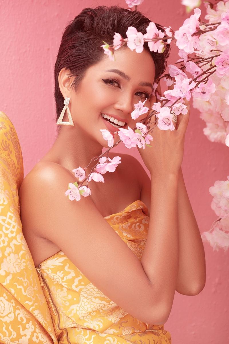 Vàng là một trong những màu sắc được yêu thích của mùa xuân, vì vậy Hoa hậu H'Hen Niê, Á hậu Hoàng Thùy, Á hậu Mâu Thủy muốn gửi đến khán giả lời chúc một năm mới nhiều niềm vui, tài lộc, thành công và vạn sự như ý.