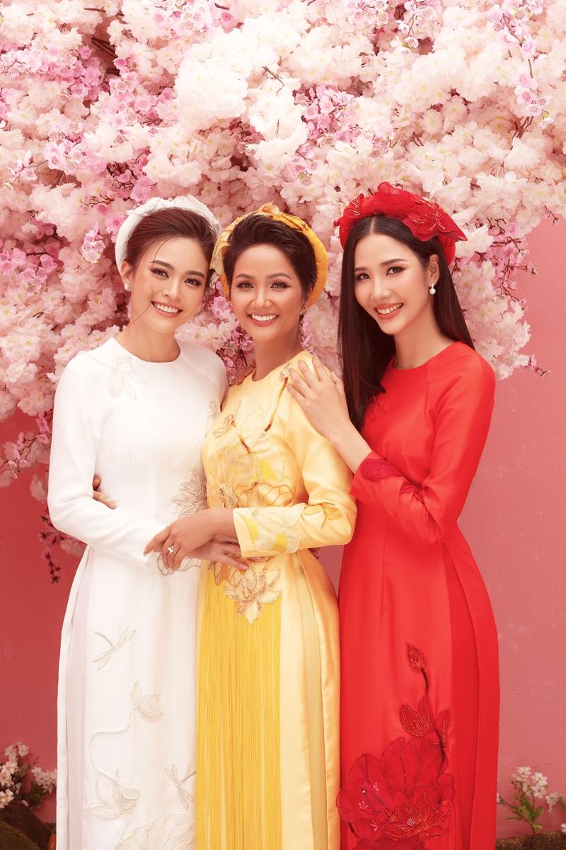 Nếu như năm ngoái, bộ ảnh có concept vui tươi, rộn rã những ngày đầu năm với tông màu đỏ đậm và những chú lân may mắn thì năm nay, ekip quyết định chọn chủ đề nhẹ nhàng, nữ tính với gam màu hồng và những tán hoa đào mềm mại, uyển chuyển. Bộ ảnh được chia thành 2 phần với những trang phục đến từ các nhà thiết kế nổi tiếng Việt Nam.