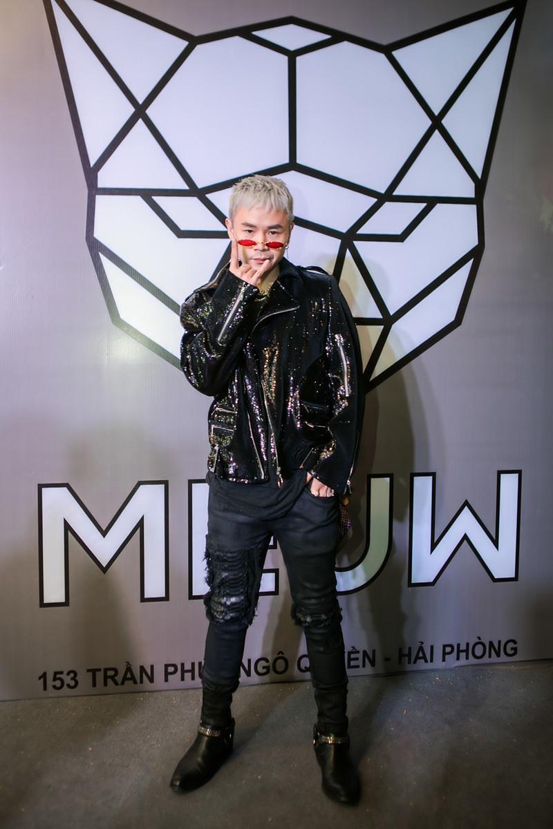 """Nam rapper Binz hiếm khi đến tham dự các sự kiện thời trang nhưng anh vẫn thu xếp thời gian đến chung vui cùng nhà mốt trẻ ngày khai trương. Diện chiếc quần jeans rách gối bụi phủi, Binz làm tăng vẻ năng động, cool ngầu cùng chiếc kính trendy và vòng cổ màu bạc """"chất chơi""""."""