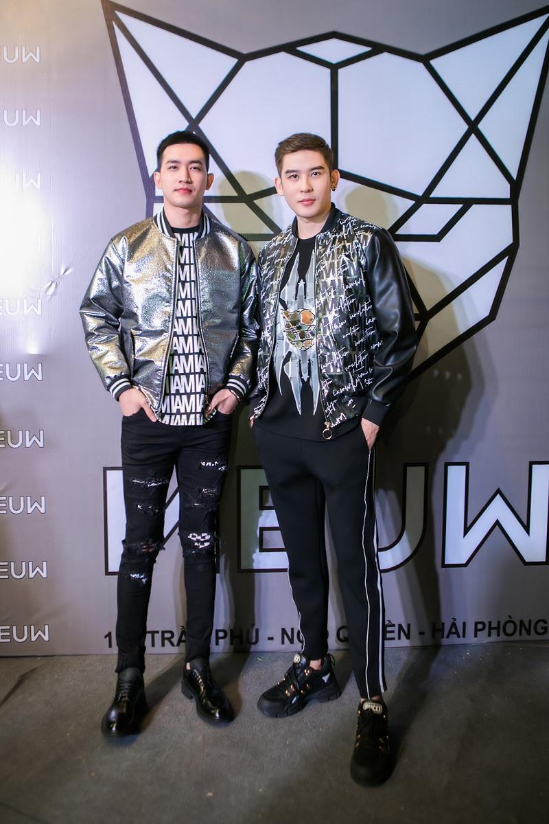 Bộ đôi người mẫu Võ Cảnh và Minh Trung gây ấn tượng nhờ set đồ phong cách thể thao mang hơi thở đường phố, tạo cảm giác khỏe khoắn, tràn đầy năng lượng.