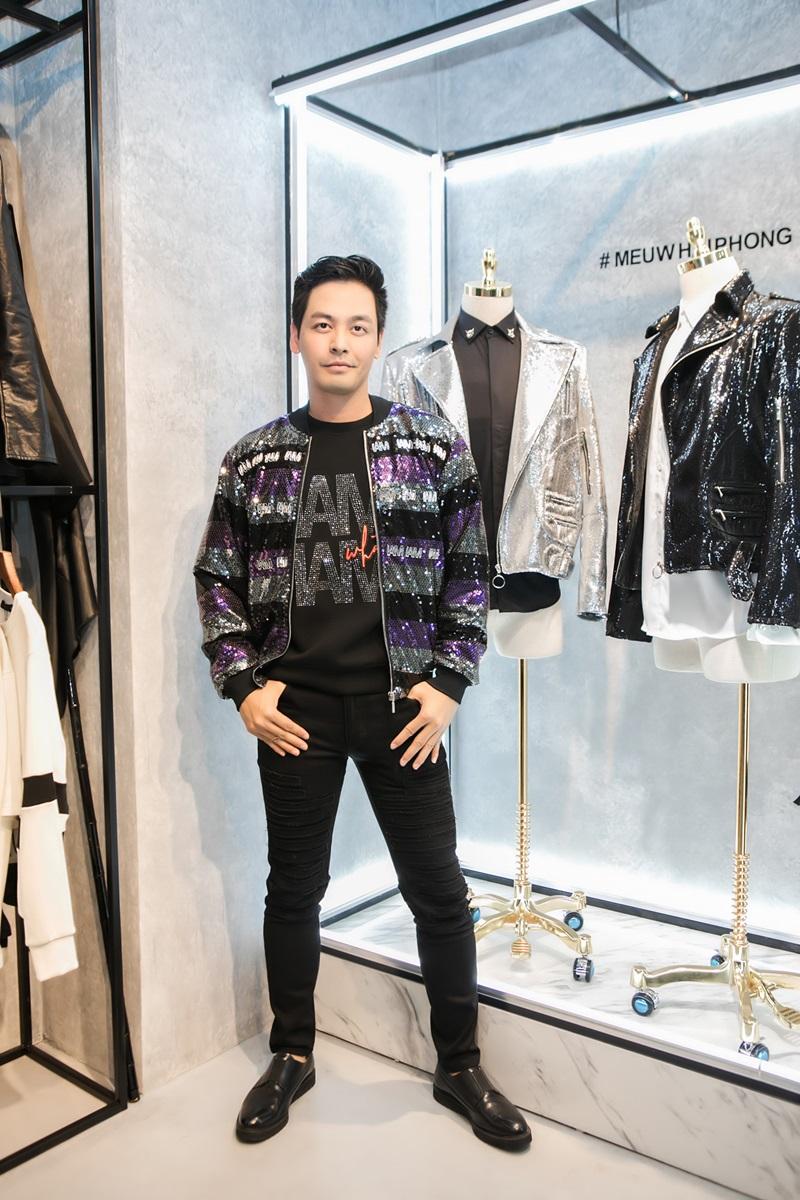 """Thường xuyên chọn item từ Meuw trong mỗi lần tham gia sự kiện, nên lần này cũng không ngoại lệ khi MC Phan Anh chọn một set đồ ấn tượng. Giữa áo phông đen, quần jeans đen và giày Tây cùng màu, chiếc bomber jacket đính sequin óng ánh của nam MC trở thành điểm nhấn """"đắt giá"""" cho tổng thể."""