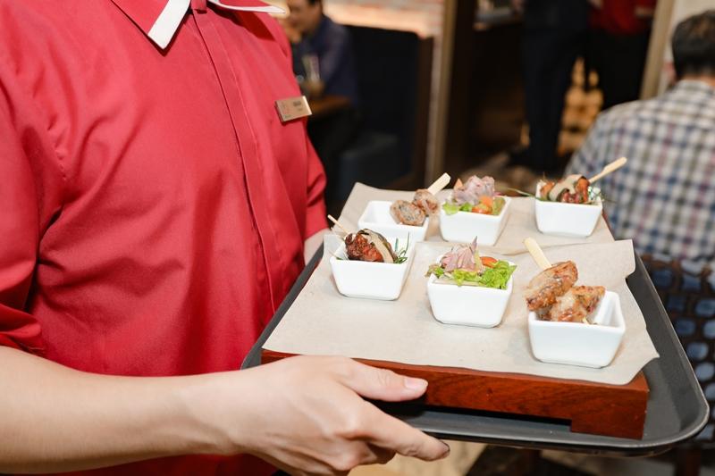 Nhà hàng mở cửa hàng ngày, phục vụ bữa sáng, trưa và tối, cùng rất nhiều thức uống hấp dẫn, từ cà phê, trà đặc sản, sinh tố trái cây tươi cho đến rượu vang và cocktail tuyệt hảo.