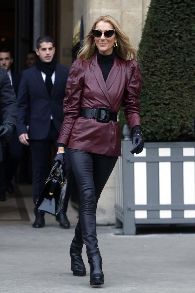 """Và cuối cùng, nữ diva lại một lần nữa """"đốn tim"""" người hâm mộ khi xuất hiện tại show diễn của Givenchy (25/01). Celine chọn cho mình bộ trang phục làm bằng da, có 2 tông màu chủ đạo là đen và đỏ rượu vang. Cách mix đồ của giọng ca """"My Heart Will Go On"""" cuốn hút nhờ sự tinh tế khi phối hợp các mảng màu, phụ kiện như găng tay, túi xách, thắt lưng, giày boots vô cùng vừa vặn. Và tất nhiên cũng không thể quên khen cặp kính mắt mèo đỏm dáng, tăng thêm vài phần sành điệu cho tổng thể bộ trang phục của cô."""