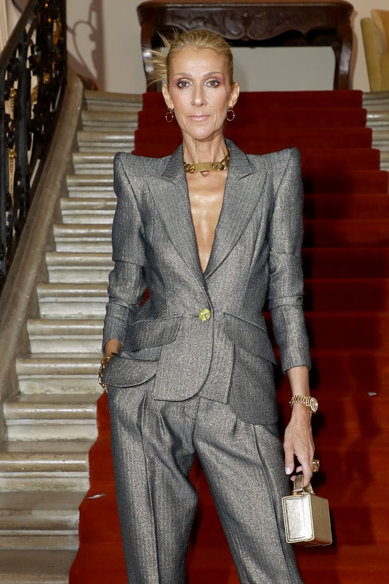 """Tiếp tục với phong cách """"nam tính"""", Celine Dion lại một lần nữa chinh phục thiết kế suit menswear, với kiểu cầu vai nhọn và hiệu ứng bắt sáng vô cùng nổi bật trên thảm đỏ."""