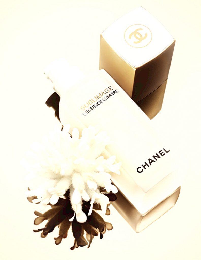 L'Essence Lumière với chiết xuất cây Anthyllis và hoa Vani Planifolia có công dụng cải thiện sự tươi sáng của màu da, chống lại các tác nhân ô nhiễm và căng thẳng, đồng thời chống oxy hóa cho làn da.