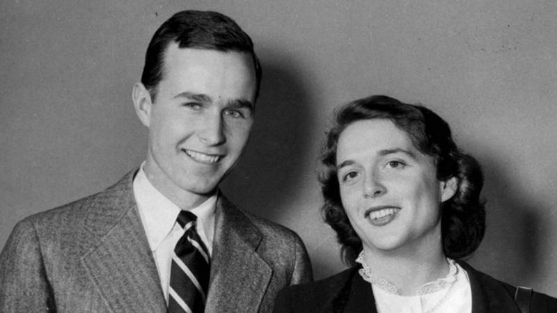 """Cựu Tổng thống George Bush của Mỹ là người có cuộc hôn nhân kéo dài nhất trong lịch sử các đời Tổng thống và vẫn thì thầm """"Anh yêu em"""" với vợ mỗi đêm."""