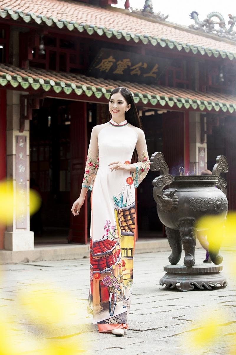 """Được biết, đây là BST áo dài xuân được NTK Ngô Nhật Huy thiết kế riêng cho Tiểu Vy, với tên gọi là """"Mơ Xuân""""."""