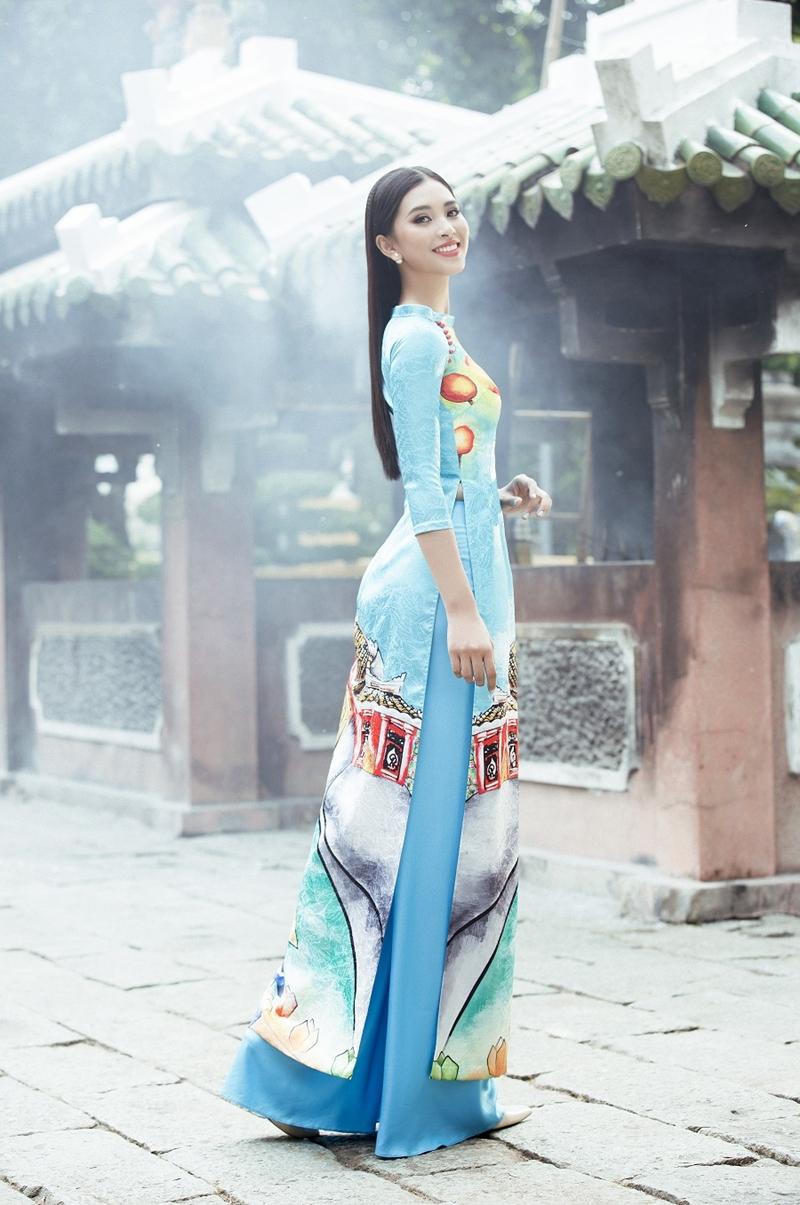 Vốn là người con của của vùng đất cổ kính Hội An, khoác lên thiết kế xuân lấy cảm hứng từ chính quê hương của mình, Tiểu Vy càng làm tôn lên đường nét duyên dáng của cô gái Việt trong tà áo dài truyền thống.