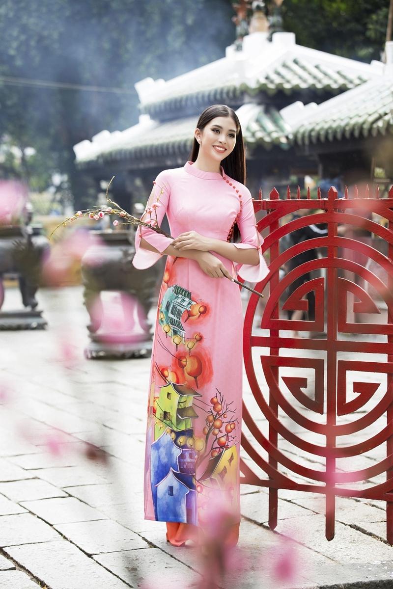 NTK Ngô Nhật Huy gửi gắm Bộ sưu tập Xuân 2019 cho Hoa hậu Tiểu Vy với chất liệu lụa bóng và gấm, với thiết kế phần cổ được phá cách và lối phối màu tươi sáng là thông điệp mà anh thổi hồn vào BST lần này.
