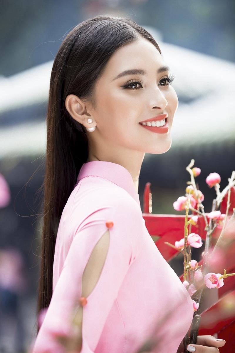 Giấc mơ xuân đầy hoài niệm với mái ngói phố cổ như hòa quyện cùng vẻ đẹp dịu dàng, thướt tha của Hoa hậu Tiểu Vy.