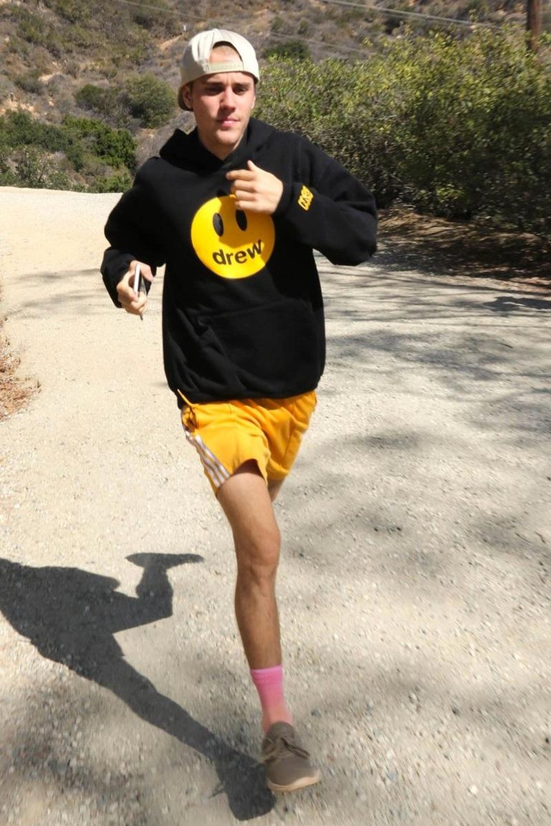Bức ảnh đầu tiên được tung ra vào cuối tháng 11/2018, khi Justin Bieber chạy bộ và diện chiếc áo hoodie mang thương hiệu của riêng anh.