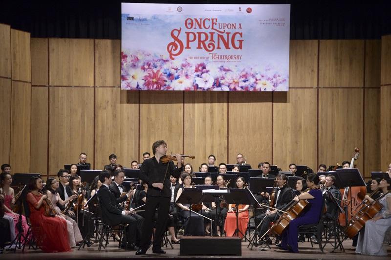 Nghệ sĩ Violin Rodrigo Puskas và các thành viên dàn nhạc SPO và SPYO.