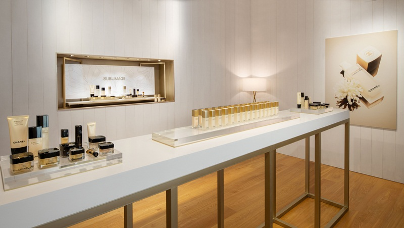 Toàn bộ dòng sản phẩm dưỡng da cao cấp Sublimage của Chanel, trong đó L'Essence Lumière và L'Essence Fondamentale là hai chai tinh chất ra đời gần đây nhất, được Chanel giới thiệu liên tục vào cuối năm 2018 và đầu năm 2019