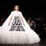 """Loạt váy với phát ngôn gây """"sốc"""" trở thành hiện tượng mới trên sàn diễn Haute Couture"""