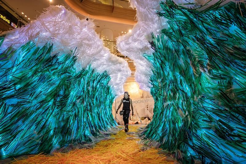 """""""The Parting of the Plastic Sea"""" (Tạm dịch: Rẽ Sóng Biển Nhựa) đang nỗ lực phá vỡ Kỉ lục Guinness Thế giới cho tác phẩm nghệ thuật sắp đặt lớn nhất thế giới được làm từ hơn 160.000 ống hút nhựa thu gom từ khắp các đường phố Việt Nam."""