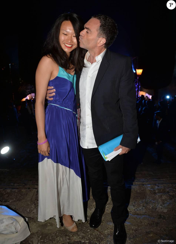 Yann Moix tham dự một sự kiện cùng bạn gái gốc châu Á.
