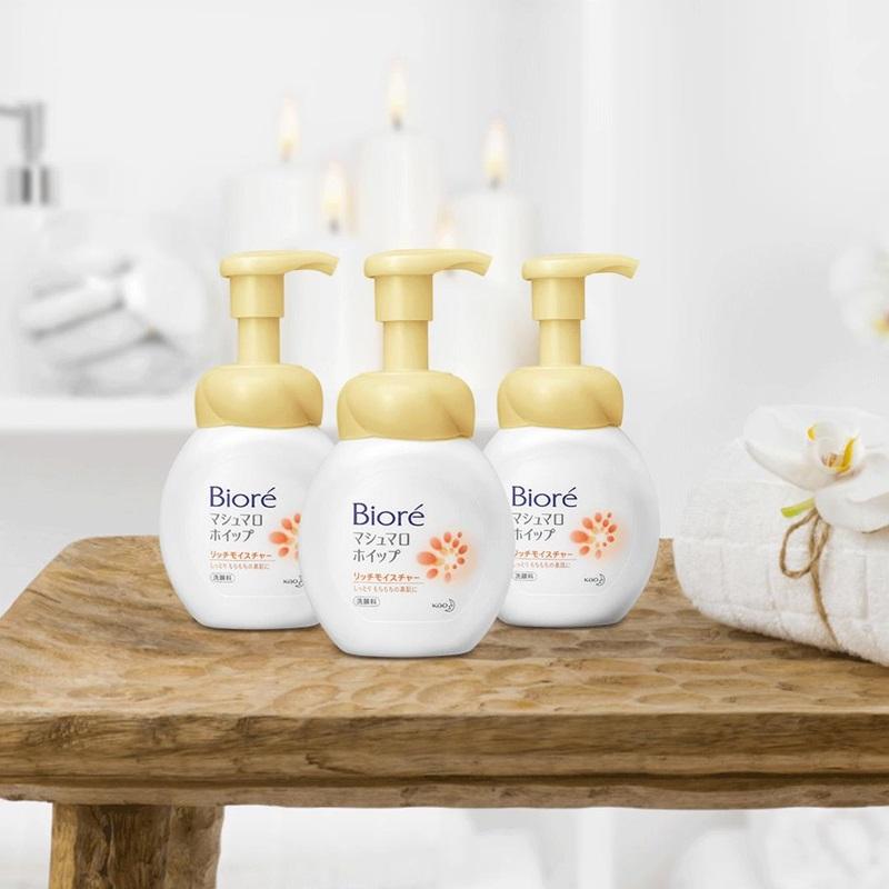 """Bioré Marshmallow siêu dưỡng ẩm được bổ sung thêm 40% tinh chất dưỡng ẩm vượt trội, đảm bảo da luôn ẩm mềm dù điều kiện thời tiết có """"khó nhằn"""" thế nào."""