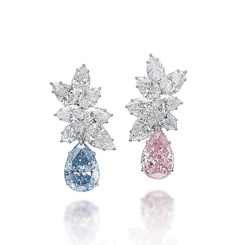 Đôi khuyên tai hàng thửa làm bằng kim cương xanh dương và kim cương hồng cắt hình trái lê.