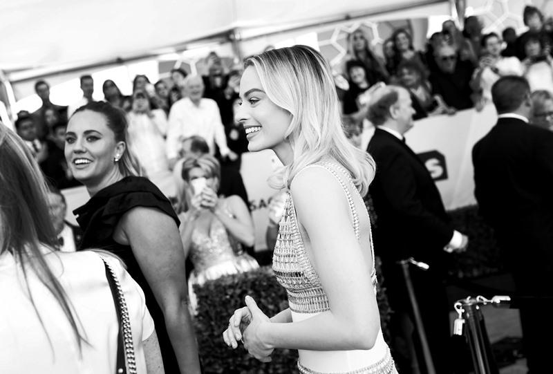 Margot Robbie là một trong số các đại sứ thương hiệu của Chanel, thường xuyên mặc trang phục của nhà mốt đình đám Paris tại những sự kiện lớn.