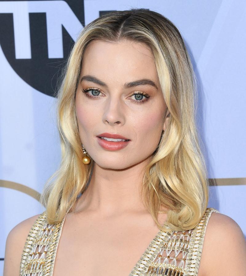 Margot Robbie mang trang sức cao cấp của Chanel với khuyên tai bằng vàng có đính ngọc trai, đá sapphire vàng và kim cương.