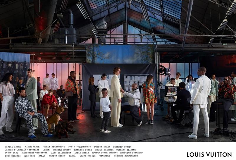 """Bức ảnh được lấy cảm hứng từ bức tranh """"Studio của nghệ sĩ""""của họa sĩ Gustave Courbet. Lúc này, NTK Virgil Abloh xuất hiện ở trung tâm của bức ảnh như nhân tố cốt lõi của cả studio. Xung quanh anh là các cộng sự, bao gồm chàng rapper Octavian, stylist cho show diễn Xuân Hè 2019 của Louis Vuitton - Christine Centenera, họa sĩ Lucien Smith và Bourouissa. Riêng bộ ảnh thực hiện tại studio này sẽ được chính thức phát hành vào ngày 01/02 sắp tới trên các ấn phẩm quảng cáo in."""