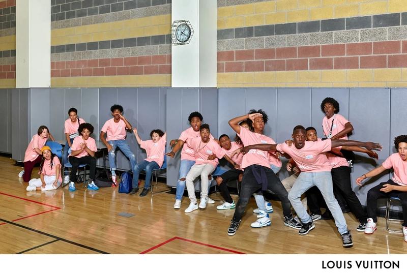 Hình tượng học sinh và sinh viên trong trí tưởng tượng của Raimond Wouda được thể hiện qua hành lang đông đúc, với những cậu trai diện mẫu áo thun đầy màu sắc mà Virgil Abloh đã tặng cho khách mời dự show diễn đầu tiên mà anh làm cho Louis Vuitton.