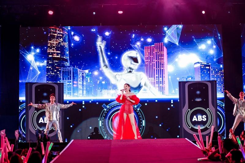 Đảm nhận vai trò mở màn là Tóc Tiên, nữ ca sĩ cá tính xuất hiện với trang phục ấn tượng, biểu diễn cùng với DJ ảo được biến hóa từ chiếc xe máy. Khán giả hò reo cùng 3 ca khúc Có ai thương em như anh, Không ai hơn em đâu anh và 1 bản mashup cực chất I'm in love của người đẹp.