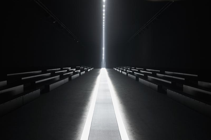Sàn diễn Dior Homme Thu Đông 2019 được bố trí với tông màu chủ đạo là đen, cùng sàn catwalk chính là băng chuyền tự động được thắp sáng bằng đèn neon, lắp giữa 2 hàng ghế khách mời.