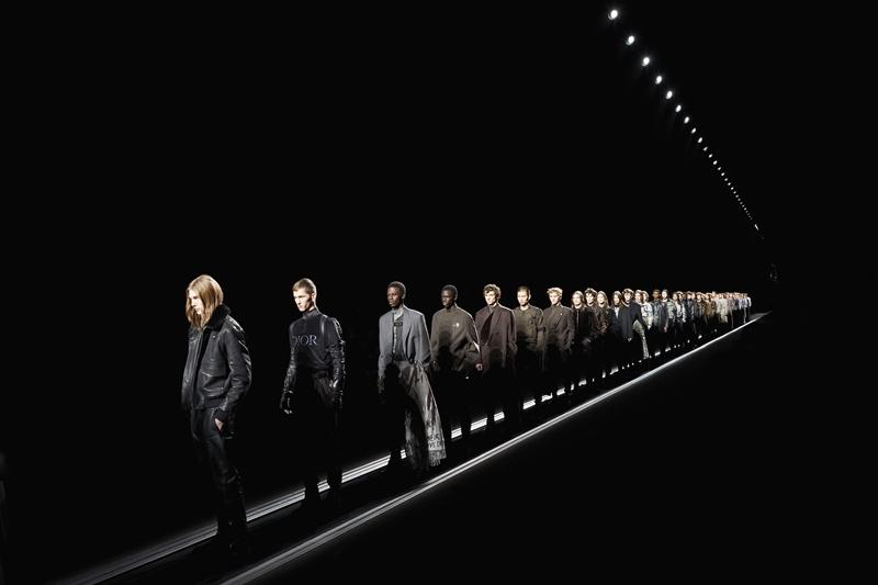 """Không giống như các show diễn thời trang thông thường, Dior Homme Thu Đông năm nay khiến cho các người mẫu gần như """"bất động"""" trong suốt show diễn. Hầu như các mẫu nam chỉ điều khiển hướng mặt trong lúc xuất hiện trên đường băng."""
