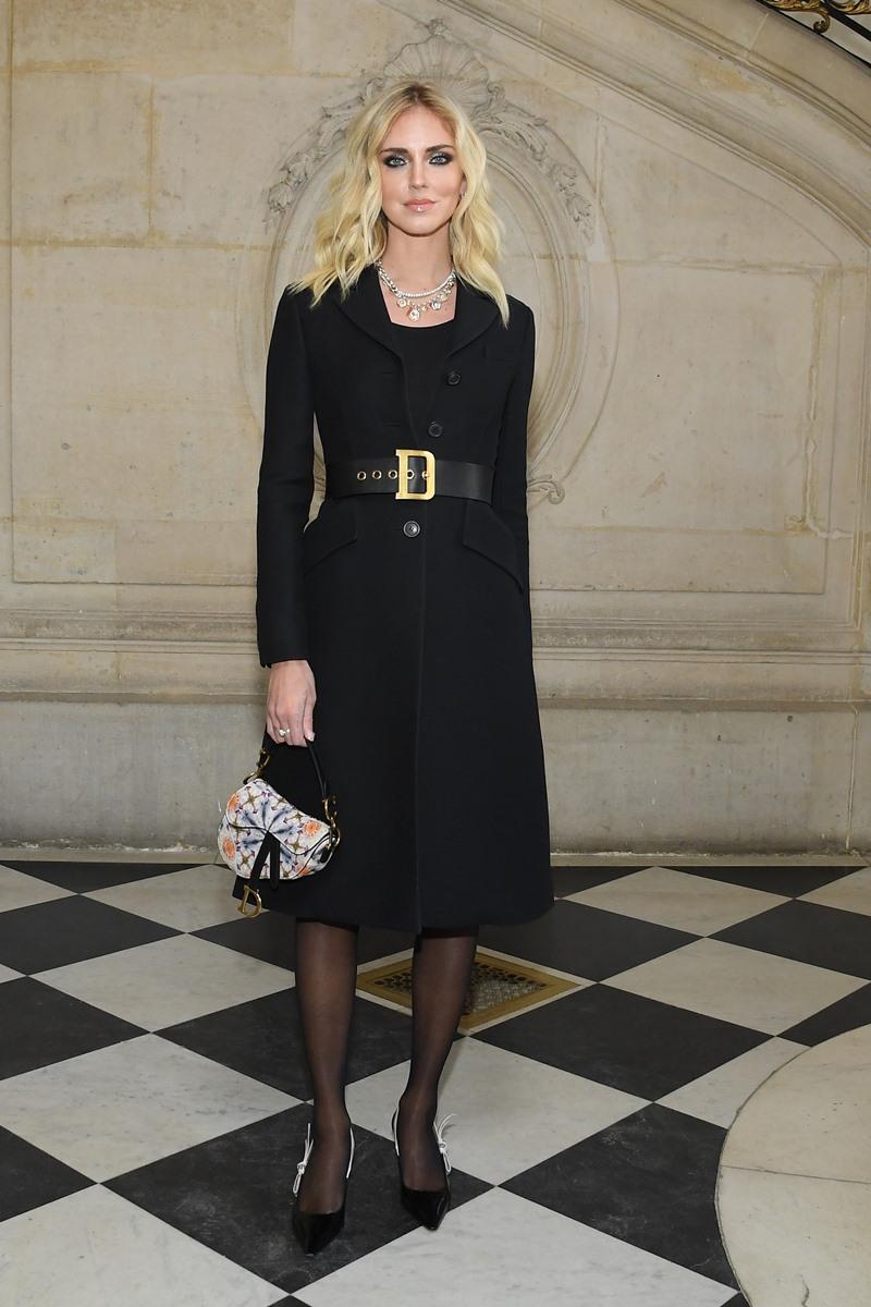 """""""Đệ nhất fashionista"""" Chiara Ferragni cũng chọn trang phục tông đen chủ đạo, được nhấn nhá bằng túi xách Saddle nhỏ xinh."""