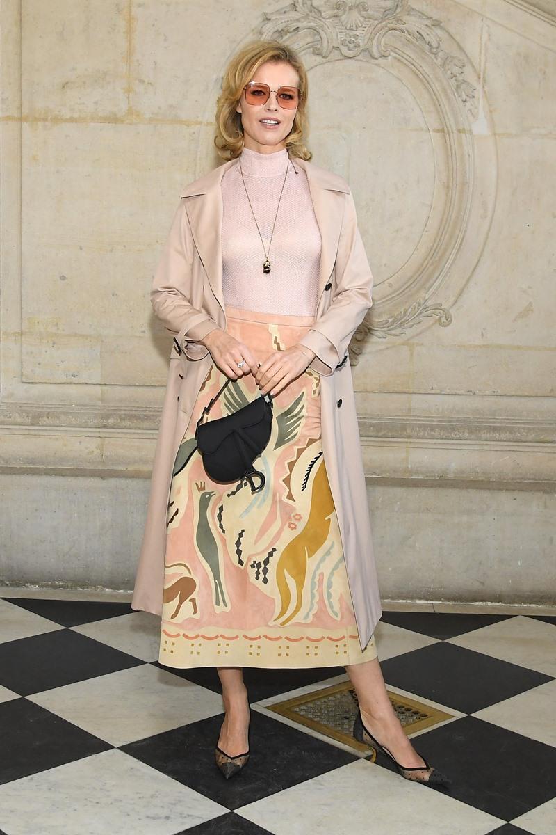 Siêu mẫu Eva Herzigova trẻ trung trong thiết kế với tông hồng nhạt chủ đạo.