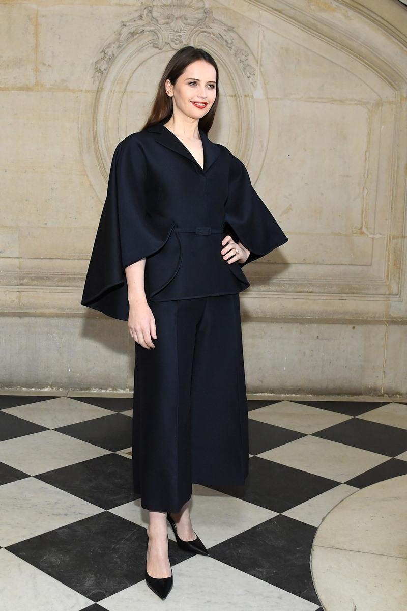 Nữ diễn viên người Anh Felicity Jones chọn mặc thiết kế màu đen, tương phản với làn da trắng không tì vết đẹp tuyệt trần.