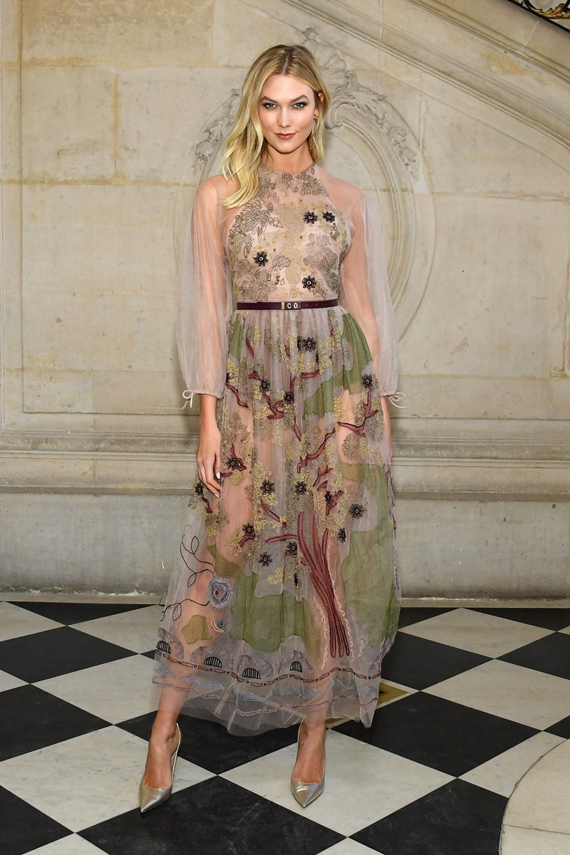 Chân dài người Mỹ Karlie Kloss yêu kiều và e ấp trong thiết kế đầm xuyên thấu thêu đính họa tiết kỳ công.