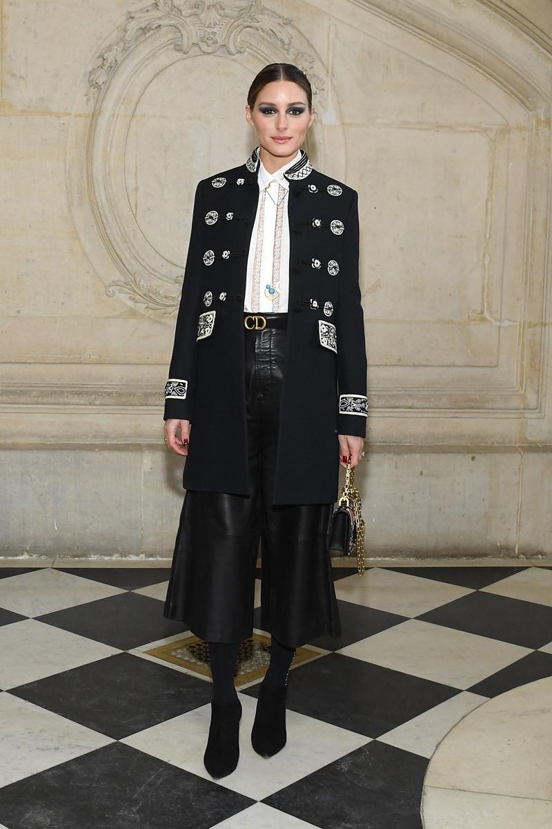 Olivia Palermo diện quần culottes da phối cùng áo sơ mi phối ren tinh tế và áo khoác dạ giữ ấm.