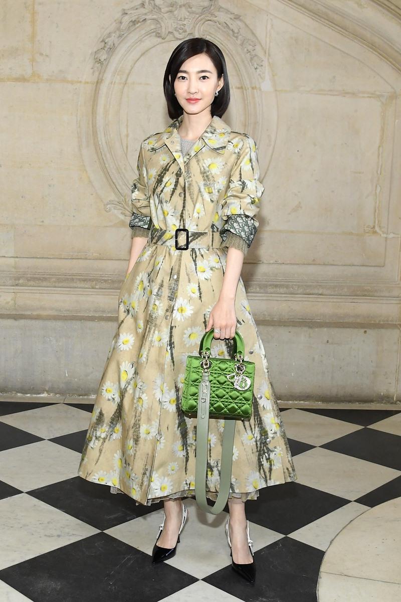 Vương Lệ Khôn thanh lịch với thiết kế đầm họa tiết phối cùng túi Lady Dior màu xanh lá.