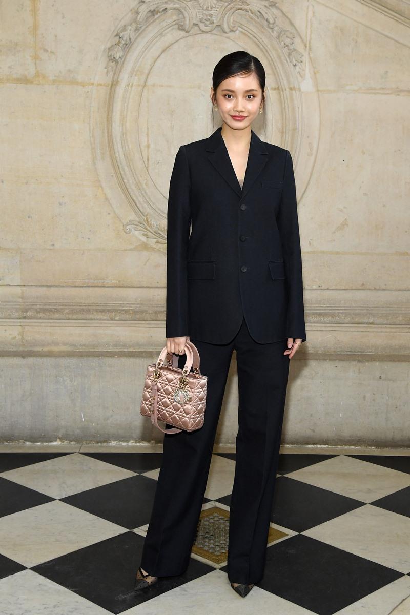 Nữ diễn viên trẻ Sun Yi Han là gương mặt mới xuất hiện tại show couture của Dior. Cô mặc bộ suit thanh lịch với túi xách Lady Dior màu hồng nữ tính.