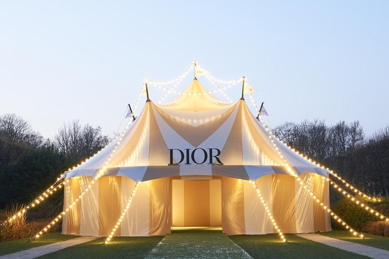 Dior đã dựng lên một rạp xiếc hoành tráng tại Paris để giới thiệu BST Haute Couture Xuân Hè 2019.