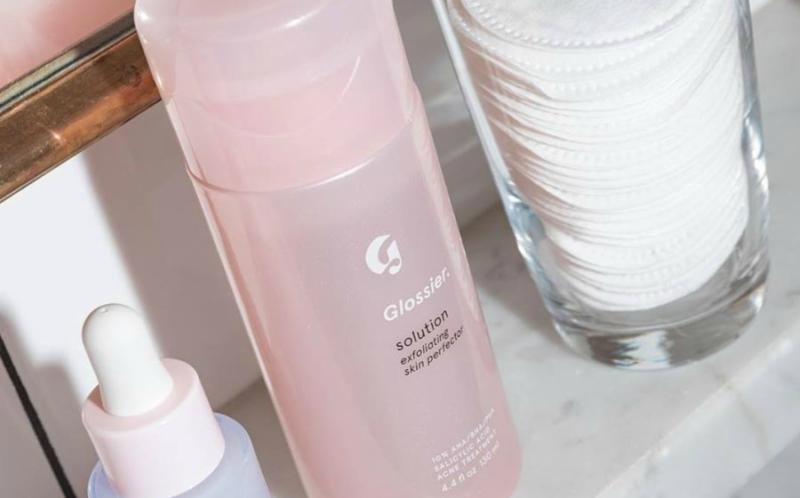 Glossier Solution Exfoliating Skin Perfector: Sản phẩm chứa cả AHA, BHA và PHA giúp mang lại hiệu ứng rạng rỡ và tươi mới cho làn da nhờ khả năng tẩy tế bào chết.