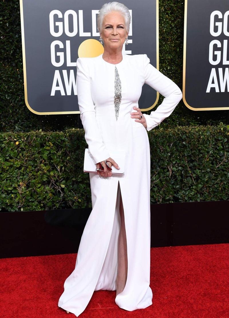 Nữ diễn viên Jamie Lee Curtis rạng rỡ ở tuổi 60 trong thiết kế đầm trắng tôn dáng tuyệt đối.