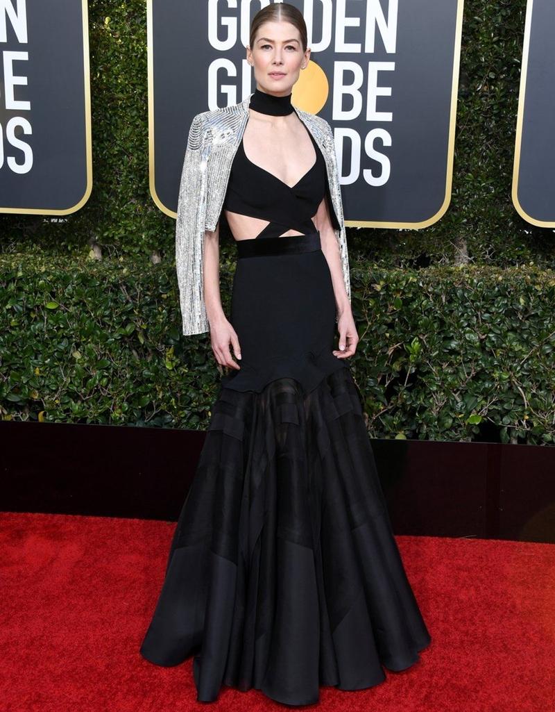 """""""Cô nàng mất tích"""" Rosamund Pike khiến mọi người trầm trồ thán phục ngay khi xuất hiện trên thảm đỏ. Cô mặc thiết kế hàng thửa từ Givenchy Couture."""